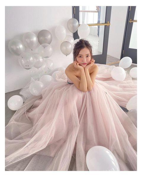 ピンクのウエディングドレスを着てる板野友美さん