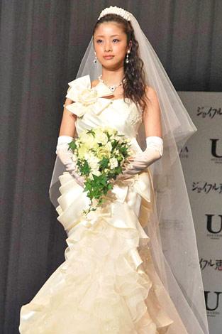 上戸彩さんのウエディングドレス姿