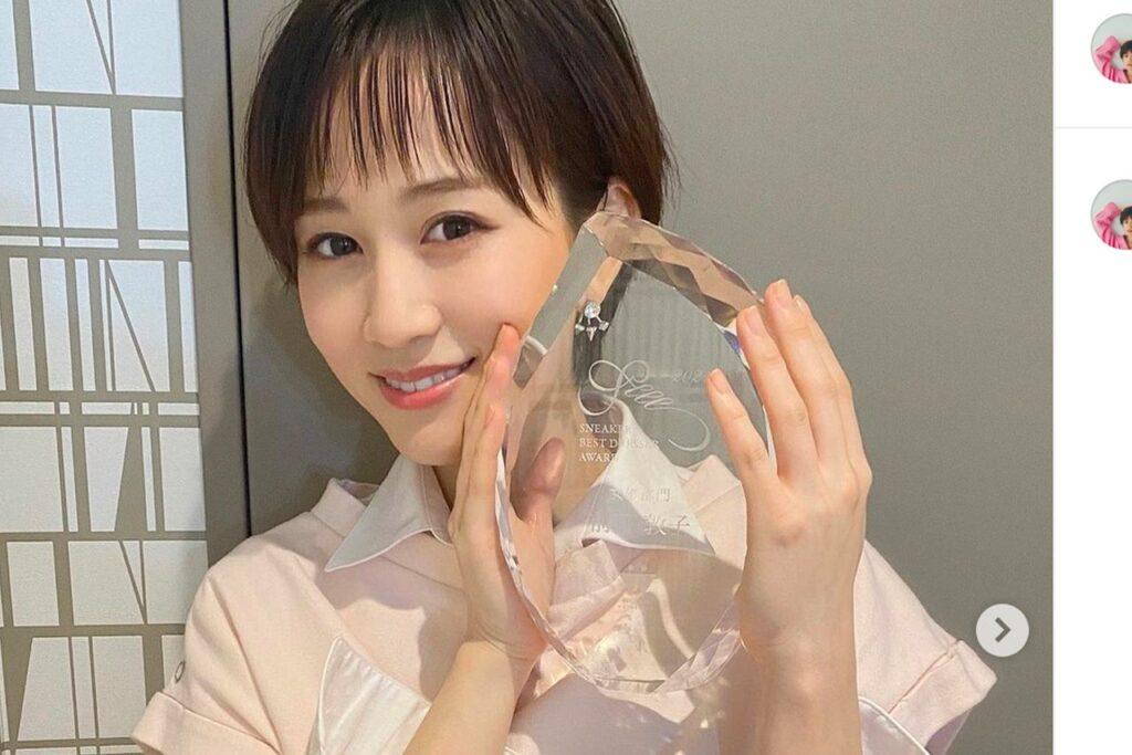 スニーカーベストドレッサー賞を受賞した前田敦子さん