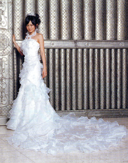 ウエディングドレス姿の前田敦子さん